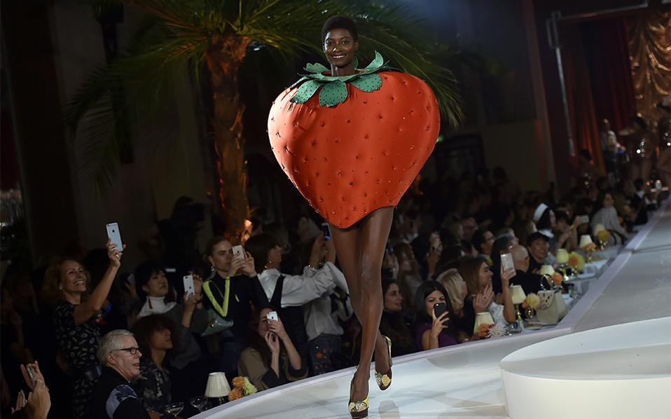 Φράουλες με σοκολάτα. Είναι σίγουρο ότι κάποιοι μόδιστροι δεν αγαπούν τις γυναίκες καθόλου και μας βασανίζουν με κάθε τρόπο. Είναι κάποιοι άλλοι, που αντιμετωπίζουν όλο αυτό το εφήμερο και χαλαρό της μόδας με χιούμορ. Να μια τέτοια περίπτωση, το φόρεμα φράουλα της Charlotte Olympia που δεν θα το φορέσετε παρά αν είναι Απόκριες και θέλετε να ντυθείτε φρουτάκι, έχει όμως πλάκα να το κοιτάς. Η επίδειξη είναι από την εβδομάδα Μόδας του Λονδίνου. EPA/HANNAH MCKAY