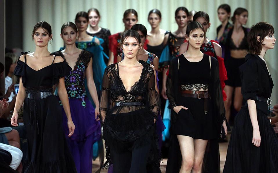 Δαντέλα για τις κυρίες. Με την Bella Hadid να βαδίζει στο κέντρο για το φινάλε της κολεξιόν, έκλεισε την παρουσίασή της η Ιταλίδα σχεδιάστρια Alberta Ferretti, που παρουσίασε  τα πιο θηλυκά φορέματα.  EPA/MATTEO BAZZI