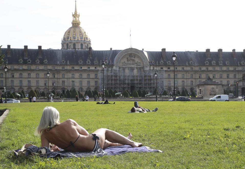 Καλοκαίρι στο Παρίσι. Αν  κρίνουμε από το χρώμα των μαλλιών της κυρίας, τότε σίγουρα το Παρίσι είναι πιο ζεστό από το Ελσίνκι (για παράδειγμα). Όπως και να έχει, ο κόσμος απόλαυσε τον ζεστό καιρό και την έντονη ηλιοφάνεια στο Esplanade des Invalides της πόλης.  AFP / JACQUES DEMARTHON