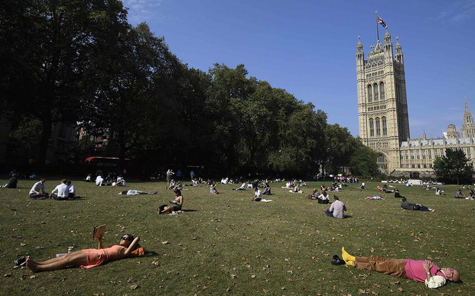 Λιπόθυμο Λονδίνο. Άλλη μία ημέρα καλοκαιρίας και ζέστης και οι κάτοικοι της πόλης μόλις σήμανε διάλειμμα από την δουλειά, ξάπλωσαν φαρδιά πλατιά στο γρασίδι. REUTERS/Toby Melville