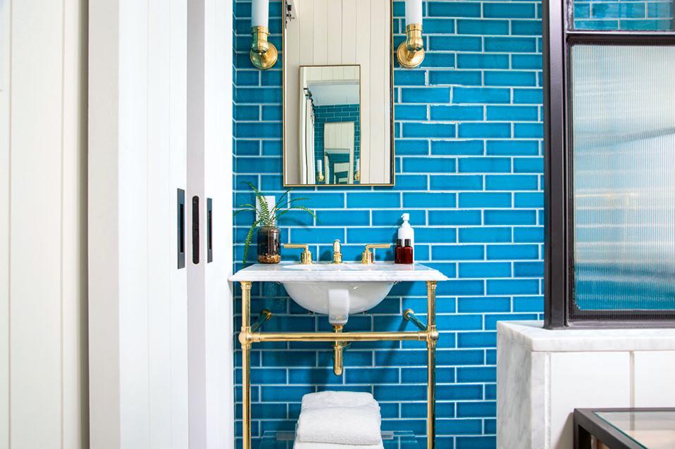 The Williamsburg Hotel - Παιχνίδια αντικατοπτρισμών και έντονα χρώματα στο μπάνιο.