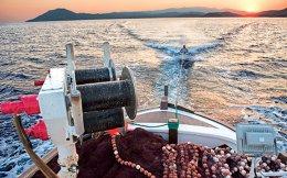 Το «Καπετάν Στρατής» βγαίνει στ' ανοιχτά, αφήνει πίσω του τον ήλιο, γίνεται η καρτ ποστάλ του καλοκαιριού. (Φωτογραφία: ΒΑΓΓΕΛΗΣ ΖΑΒΟΣ)