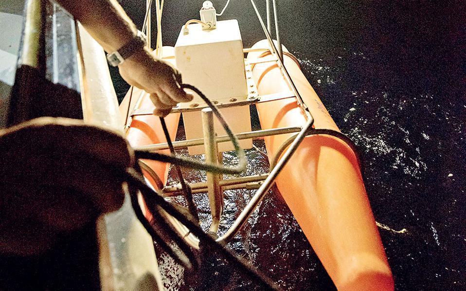 Τα ρομπότ κατεβαίνουν ένα ένα στα σημεία όπου το sonar έχει εντοπίσει «κινητικότητα». (Φωτογραφία: ΒΑΓΓΕΛΗΣ ΖΑΒΟΣ)