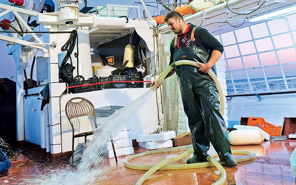 Η μέρα κλείνει με πλύσιμο του καϊκιού. Όλα είναι έτοιμα για την επόμενη μέρα. (Φωτογραφία: ΒΑΓΓΕΛΗΣ ΖΑΒΟΣ)
