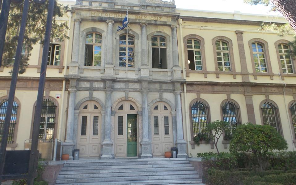 Το Δικαστικό Μέγαρο Μυτιλήνης, όπου σήμερα θα διεξαχθεί η ανάκριση των τεσσάρων ανήλικων κατηγορουμένων για ομαδικό βιασμό άλλου ανηλίκου, στο hotspot της Μόριας.