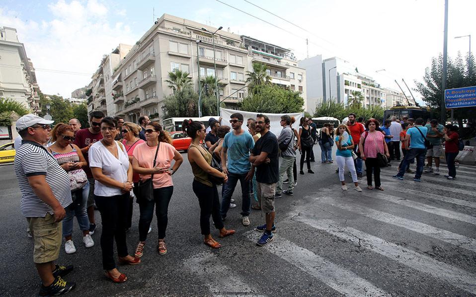 Εργαζόμενοι του ξενοδοχείου Athens Ledra στη διάρκεια πορείας.