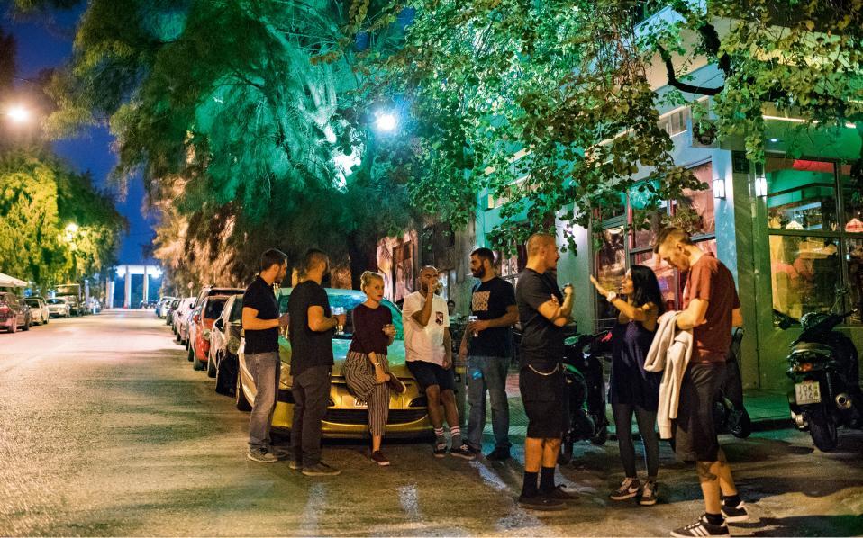 Φωτογραφίες: Βαγγέλης Ζαβός - Το Κάιν στην  οδό Αναπαύσεως, με την κεντρική πύλη του Α΄ Νεκροταφείου στο βάθος, είναι ένα από τα νέα στέκια της πόλης.