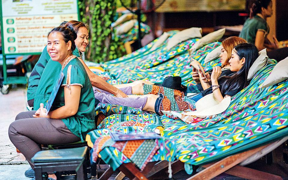 Η Ταϊλάνδη είναι ο παράδεισος του μασάζ. Μπορείτε να κάνετε παντού, ακόμα και στον δρόμο, με μόλις 10 ευρώ. (Φωτογραφία: FRANCOIS FOURRIER)