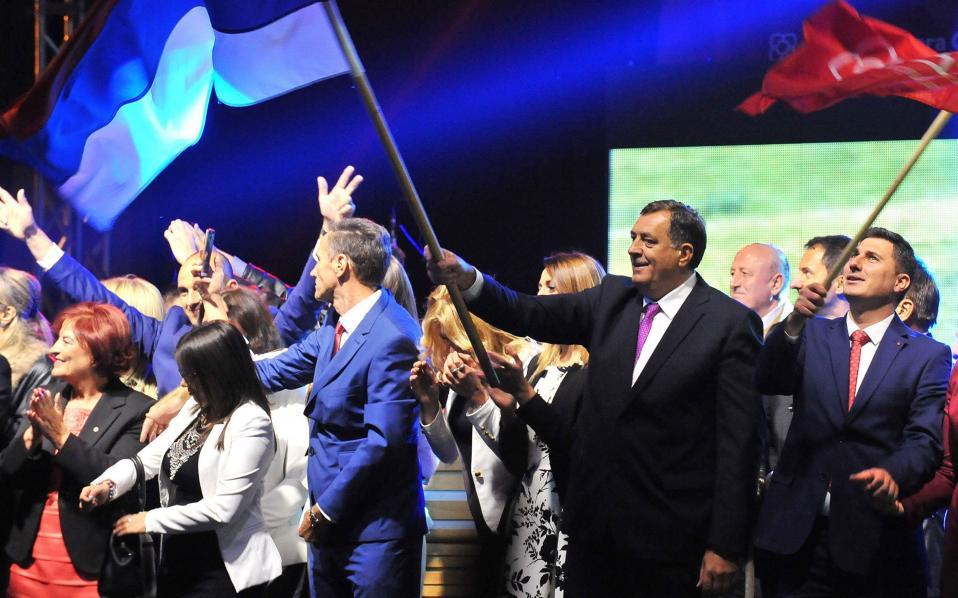 Ο Μίλοραντ Ντόντικ πανηγυρίζει την «επιτυχία» του δημοψηφίσματος.