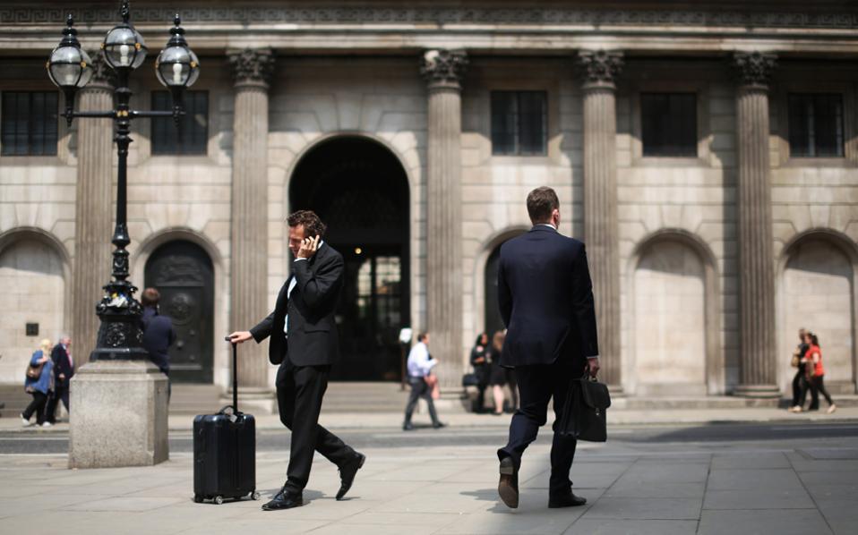 Οι 7 στους 10 επικεφαλής μεγάλων διεθνών ομίλων, οι οποίοι είτε δραστηριοποιούνται στη Βρετανία είτε διατηρούν εκεί τα κεντρικά τους γραφεία, εξετάζουν την πιθανότητα να μετακινηθούν εκτός συνόρων λόγω της εξόδου της χώρας από την Ε.Ε. (Brexit), σύμφωνα με έρευνα της KPMG.