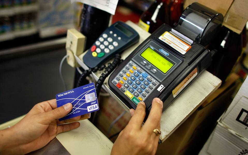 Ολες οι επιχειρήσεις θα υποχρεωθούν να τηρούν μηχανήματα POS, ενώ οι φορολογούμενοι δεν θα υποχρεούνται να διακρατούν τις αποδείξεις στο σπίτι τους, αφού οι τράπεζες θα αποστέλλουν στη Γενική Γραμματεία Δημοσίων Εσόδων το σύνολο των δαπανών που πραγματοποιούν μέσω καρτών που είναι στο όνομά τους.