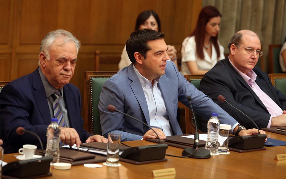 Ο πρωθυπουργός Αλέξης Τσίπρας (Κ), ο Αντιπρόεδρος της Κυβέρνησης Ιωάννης Δραγασάκης  (Δ) και ο υπουργός Παιδείας Νίκος Φίλης (Δ).