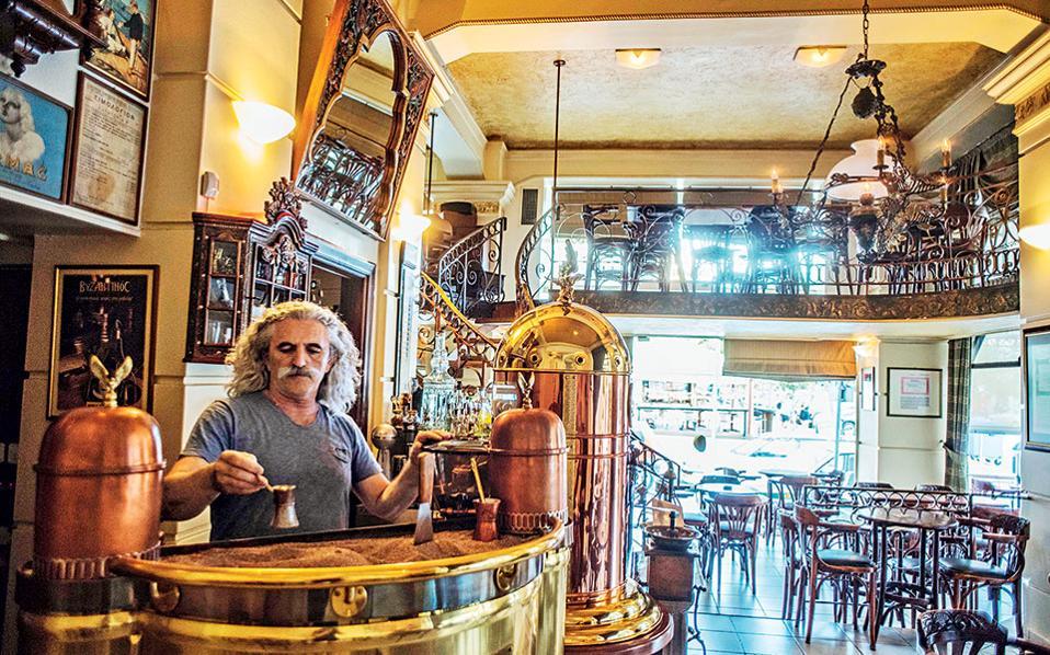 Στο λουτρακιώτικο καφενείο «Το ∆ηµαρχείο» θα πιείτε ελληνικό ψηµένο στη χόβολη.