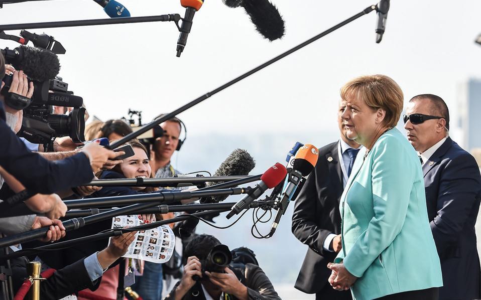 Η Αγκελα Μέρκελ απαντά σε ερωτήσεις των δημοσιογράφων κατά την άφιξή της για τη Σύνοδο Κορυφής στην Μπρατισλάβα.