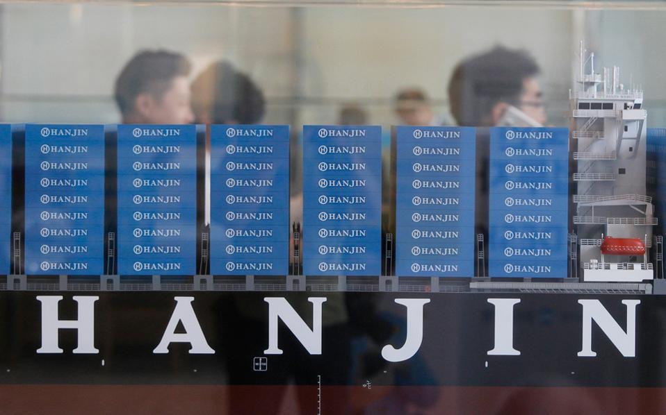 Η πτώχευσή της Hanjin θα προκαλέσει κραδασμούς σε πολλούς τομείς της παγκόσμιας αγοράς. Οχι μόνον στη ναυτιλιακή βιομηχανία μεταφορών, αλλά και γενικότερα στις μεταφορικές εταιρείες, στις πλοιοκτήτριες εταιρείες, στις βιομηχανίες που περιμένουν προϊόντα και βέβαια στους καταναλωτές.