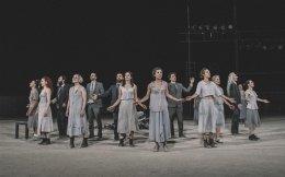 Στιγμιότυπο από την παράσταση «Επτά επί Θήβας» σε σκηνοθεσία Τσέζαρις Γκραουζίνις.