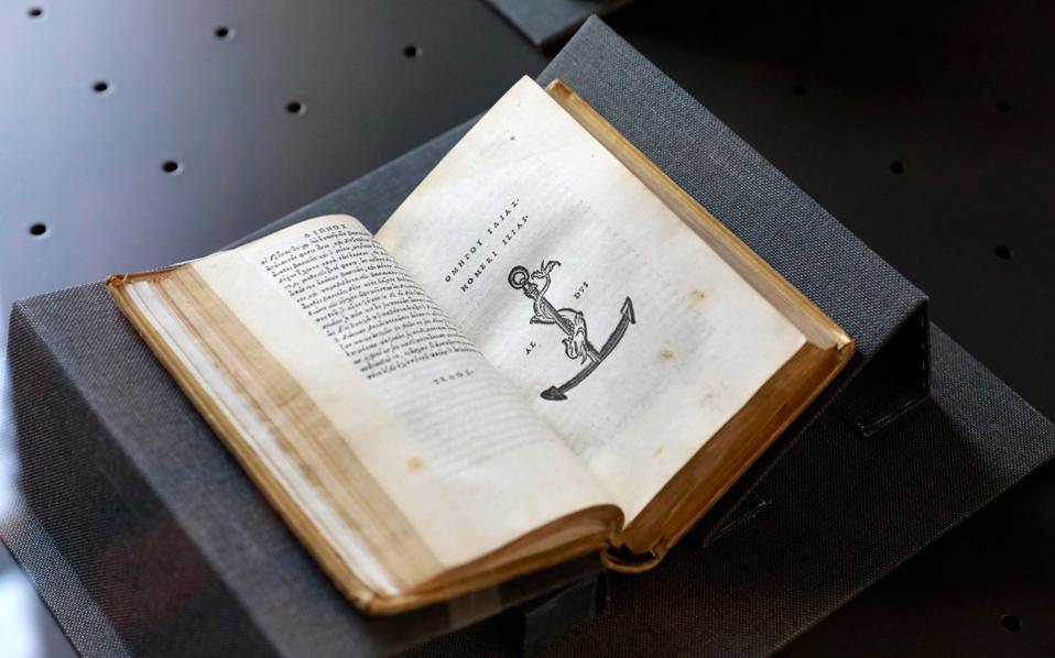 Η «Ιλιάδα» του Ομήρου σε έκδοση του Αλδου Μανούτιου, που περιλαμβάνεται στην έκθεση της Μαρκιανής Βιβλιοθήκης. Οι Αλδινές εκδόσεις χαρακτηρίζονταν από τελειοθηρία και κομψότητα.