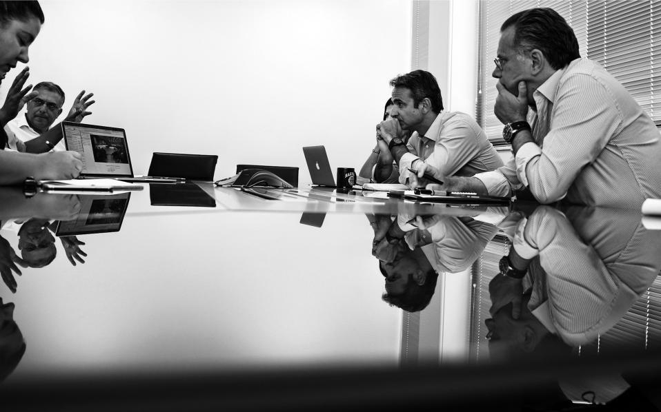 Ωρα για σύσκεψη. Απο αριστερά οι στενοί συνεργάτες του προέδρου της Νέας Δημοκρατίας Κύρα Κάπη, Κωνσταντίνος Κυρανάκης (διακρίνονται τα χέρια του που δείχνουν κάτι στον υπολογιστή), Τάκης Θεοδωρικάκος, Σοφία Ζαχαράκη και Γιώργος Κουμουτσάκος.