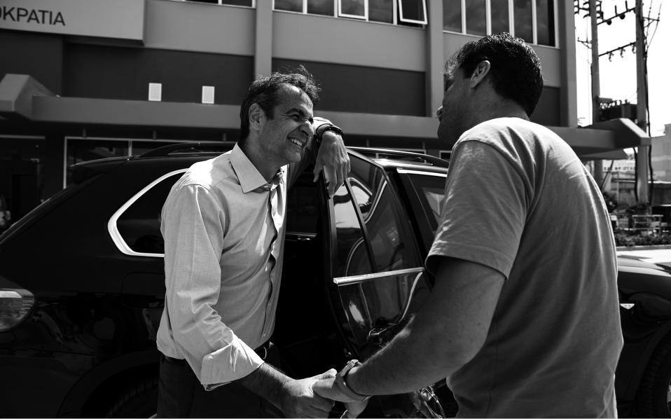 Γνωριμία με τους γείτονες. Από την πρώτη ημέρα στα νέα γραφεία της οδού Πειραιώς ο Κυριάκος Μητσοτάκης φροντισε να γνωρίσει έρθει σε επαφή με κατοίκους και επαγγελματίες της περιοχής.