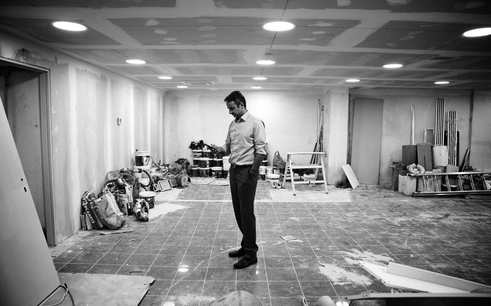 Ο πρόεδρος της ΝΔ Κυριάκος Μητσοτάκης στο ανέτοιμο, ακόμα, ισόγειο των νέων γραφείων. Εδώ θα στεγαστούν ο χώρος εκδηλώσεων, η αίθουσα ενημέρωσης των διαπιστευμένων συντακτών αλλά και οι αίθουσες όπου θα συνεδριάζουν οι πολιτικές επιτροπές του κόμματος.