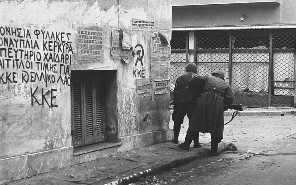 Ενέδρα ή προφύλαξη από μαχητές του ΕΛΑΣ στην Αθήνα των Δεκεμβριανών. Στον τοίχο, συνθήματα του ΚΚΕ. Αρκετούς μήνες πιο πριν, την 1η Φεβρουαρίου του 1944, ο Κίτσος Μαλτέζος δολοφονήθηκε σε ενέδρα του ΕΛΑΣ Σπουδάζουσας (του νεανικού βραχίονα της ΟΠΛΑ) μπροστά στο σπίτι του, απέναντι από τους Στύλους του Ολυμπίου Διός.