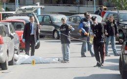 Ανδρες της Αντιτρομοκρατικής στο Τορίνο ερευνούν το σημείο όπου εκτελέστηκε από μέλη της FAI ο Roberto Adinolfi, το 2012.