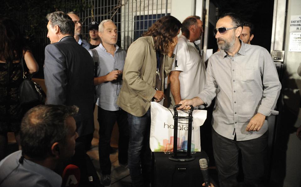 Μετά την αποχώρηση του Βλαδίμηρου Καλογρίτσα, ο Ιβάν Σαββίδης επιστρέφει στο «παιχνίδι» των τηλεοπτικών αδειών, χωρίς ωστόσο να λείπουν τα προβλήματα.