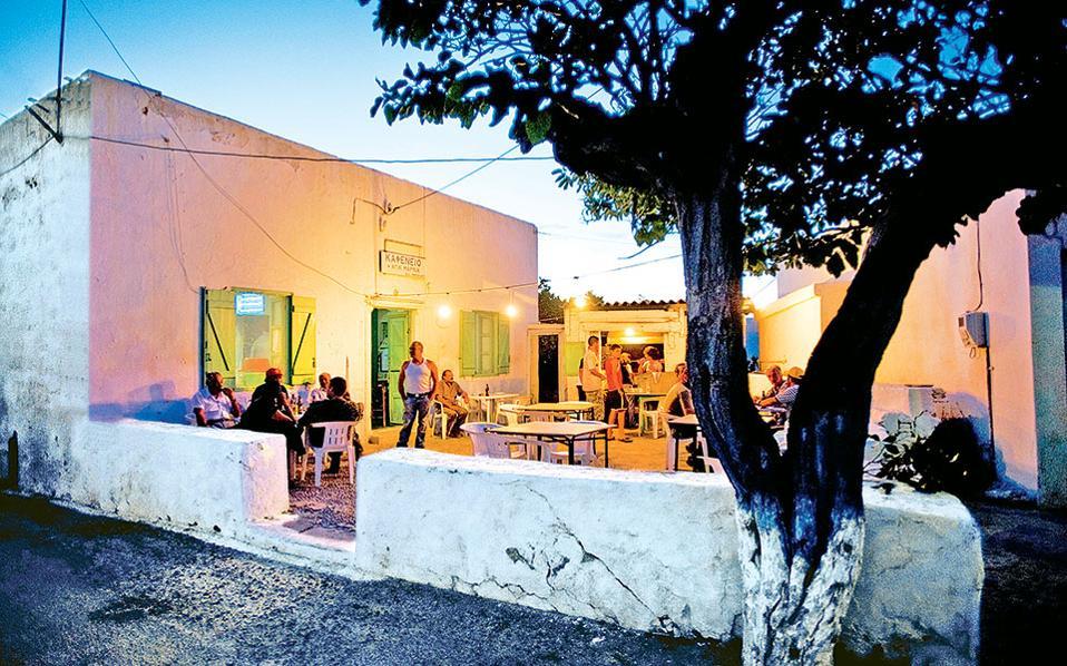 Οπου βρεις καφενείο στην Κάσο, κάθεσαι. Οι πιθανότητες να στηθεί ένα αυτοσχέδιο γλέντι είναι πολλές. (Φωτογραφία: ΚΛΑΙΡΗ ΜΟΥΣΤΑΦΕΛΛΟΥ)