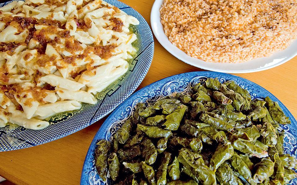 Μακαρούνες με σιτάκα, ντορμάες  και κασιώτικο πιλάφι με κανέλα. (Φωτογραφία: ΚΛΑΙΡΗ ΜΟΥΣΤΑΦΕΛΛΟΥ)