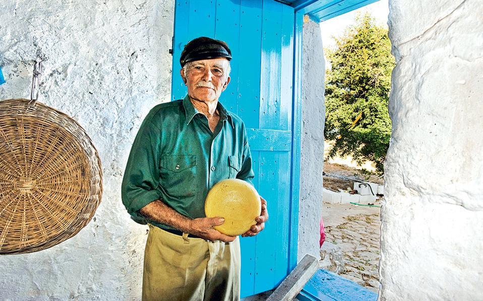 Ο Γιώργης Νικολάκης φτιάχνει στο μιτάτο του τα εκλεκτά τυριά της Κάσου. (Φωτογραφία: ΚΛΑΙΡΗ ΜΟΥΣΤΑΦΕΛΛΟΥ)