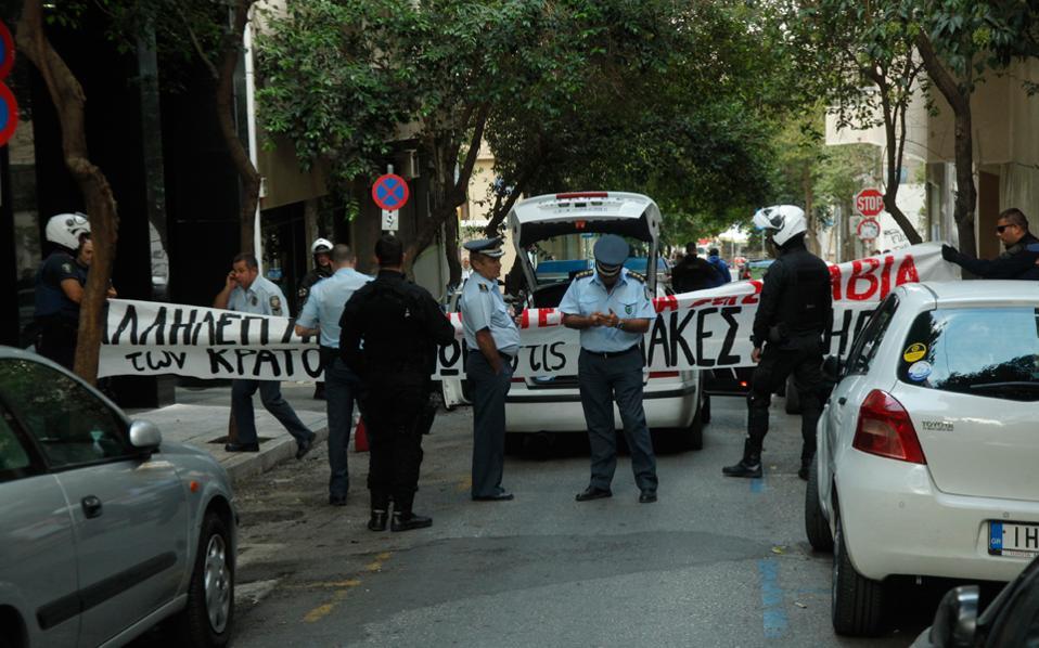Η κατάληψη πραγματοποιήθηκε χθες στις 7 το πρωί στην Ελληνοαμερικανική Ενωση και έληξε περίπου μία ώρα αργότερα, με την έφοδο της ΕΛ.ΑΣ. και την προσαγωγή των καταληψιών στη ΓΑΔΑ.