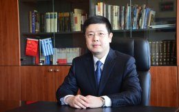 Ο κ. Ζου Ξιαολί, μιλώντας στην «Κ», εξηγεί ότι η επιτυχής εξαγορά του ΟΛΠ από την Cosco ενισχύει ιδιαιτέρως την εμπιστοσύνη των κινεζικών εταιρειών.