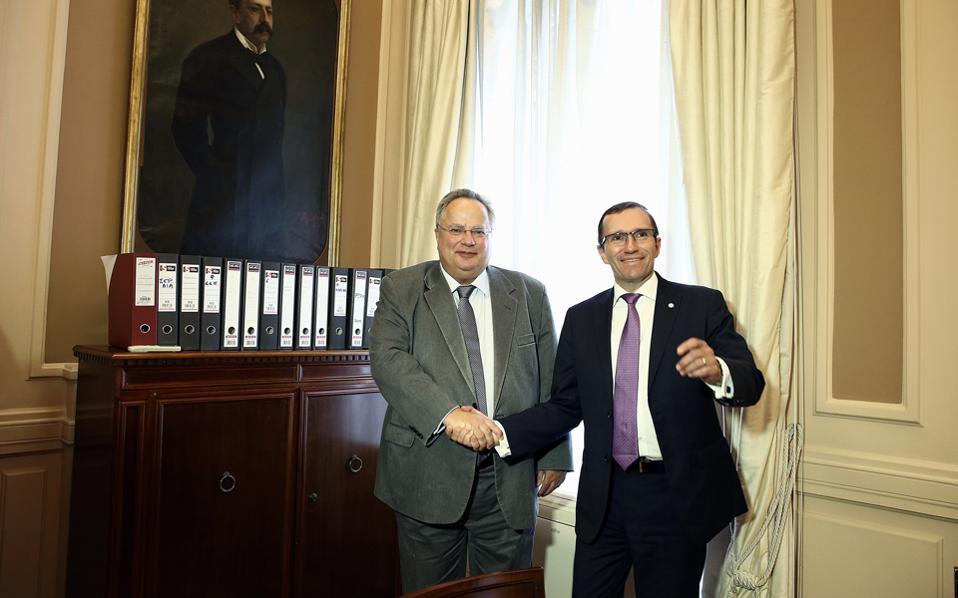 Ο υπουργός Εξωτερικών Νίκος Κοτζιάς (Α) υποδέχεται τον ειδικό σύμβουλο του Γενικού Γραμματέα του Οργανισμού Ηνωμένων Εθνών για το Κυπριακό, Espen Barth Eide  (Δ).