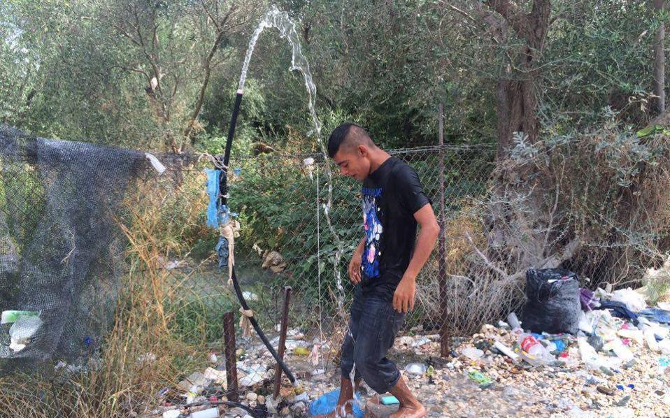 Δεκάδες άτομα που βρίσκονται στο hotspot της Μόριας «κλέβουν» νερό από τα γειτονικά χωράφια για να κάνουν μπάνιο.