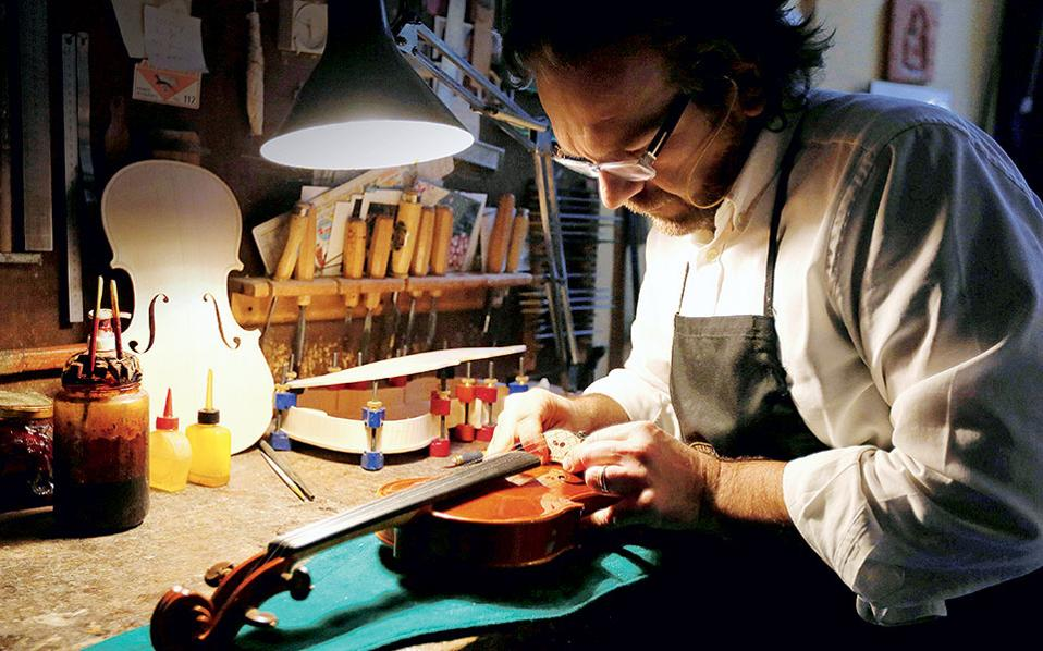 O καταξιωμένος βιολοποιός, Stefano Trabucchi, συνεχίζει την παράδοση των θρυλικών liutai Nicolo Amati και Antonio Stradivari.