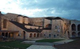 Το νέο Μουσείο Αργυροτεχνίας, που σχεδίασε το αρχιτεκτονικό γραφείο Κίζη, στεγάζεται στο Ιτς Καλέ, το κάστρο των Ιωαννίνων.