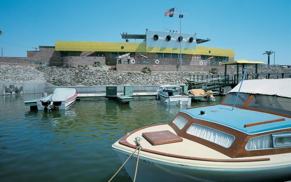To North Shore Yacht Club στην Καλιφόρνια, το 1960, και έπαυλη στο Παλμ Σπρινγκς, το 1956: οι εικόνες του Τζούλιους Σούλμαν έχουν «άρωμα» από το παλιό Χόλιγουντ – σαν σκηνικό ταινιών της εποχής.