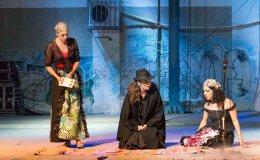 Αριστερά, η σκηνή των χαρτιών. Δεξιά, οι Μαργαρίτα Συγγενιώτου (Κάρμεν) και Χρήστος Δεληζώνας (Ντον Ζοζέ).