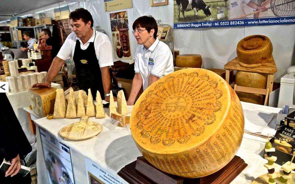 Ιταλοί παραγωγοί παρμεζάνας στην έκθεση Terra Madre του Salone del Gusto της Slow Food στο Τορίνο.