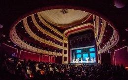 Η ανακαινισμένη αίθουσα του Δημοτικού Θεάτρου Πειραιά αφήνει ισχυρό αποτύπωμα στον πολιτιστικό χάρτη.