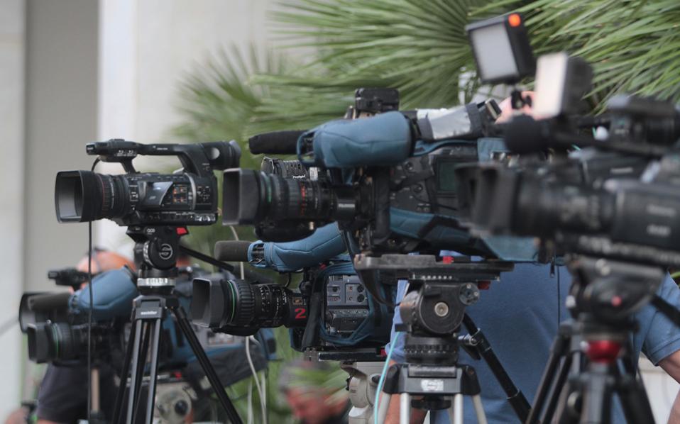 Αν δεν καταβληθεί το ποσό των 18 εκατ. ευρώ, οι τηλεοπτικές άδειες και «η εξυγίανση του τηλεοπτικού τοπίου», που υποσχέθηκε η κυβέρνηση, θα αποτελέσουν πολιτικό Βατερλώ για την κυβέρνηση.