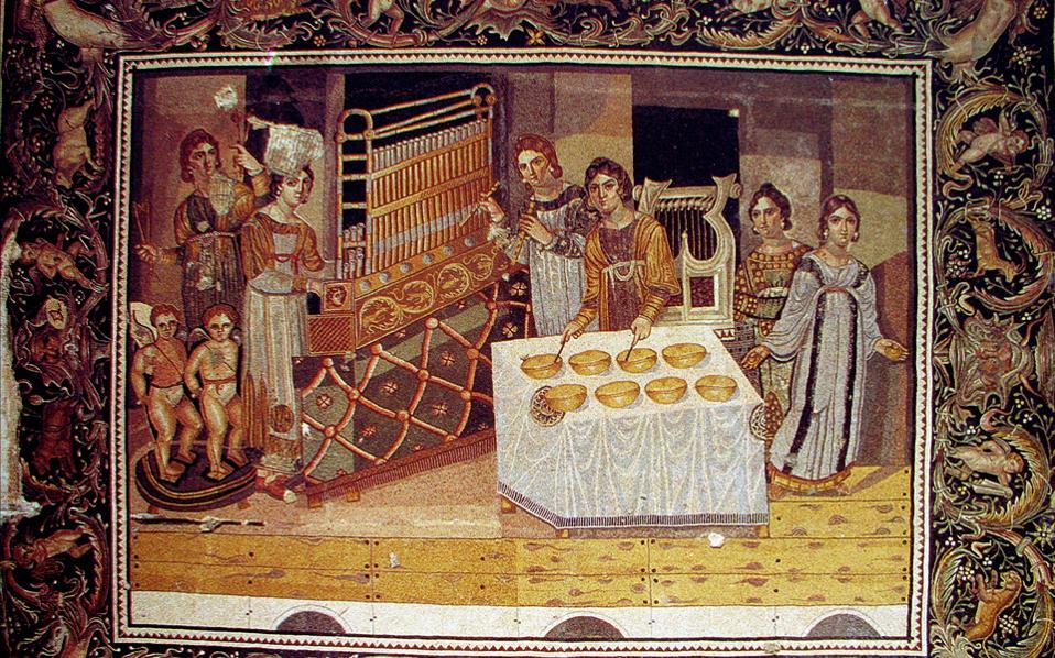 Ψηφιδωτό από το Mariamin που εκτίθεται στο μουσείο της αρχαίας πόλης Επιφάνεια (Χάμα). Είναι γνωστό ως το ψηφιδωτό των γυναικών μουσικών ή ψηφιδωτό του κοντσέρτου. Τέλος 4ου αι. μ.Χ.- Η φωτογραφία προέρχεται απο το αρχείο της Γιώτας Ασημακοπούλου-Ατζακά.