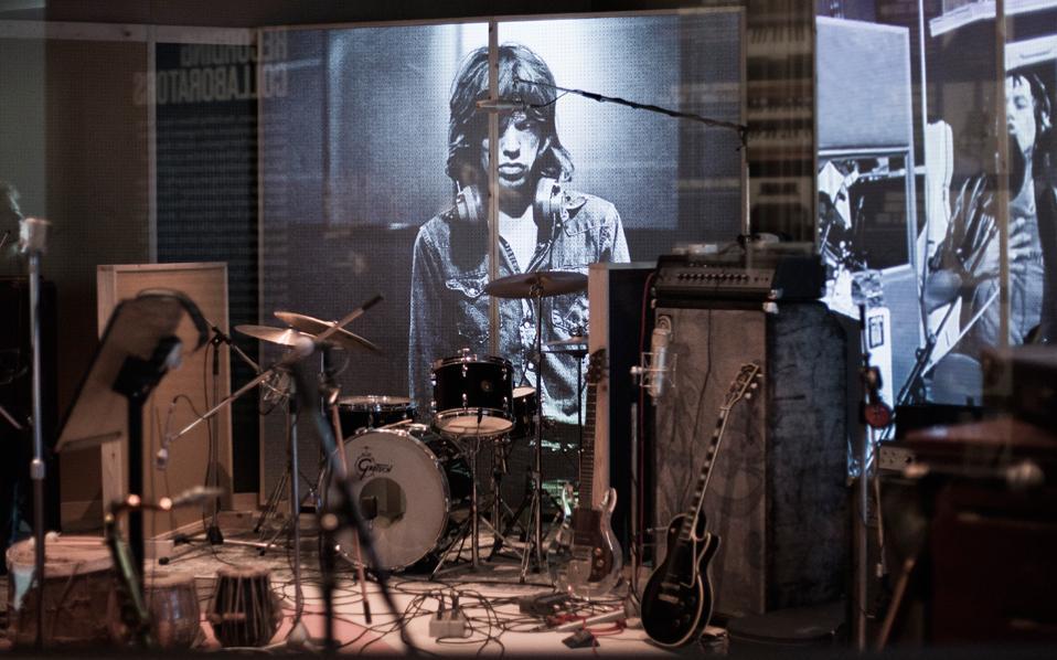 Το ενδιαφέρον στη έκθεση των Ρόλινγκ Στόουνς, στη Σαάτσι Γκάλερι του Λονδίνου, είναι πως οι συγκεκριμένοι μουσικοί που αποθεώνονται βρίσκονται ακόμη εν ζωή.