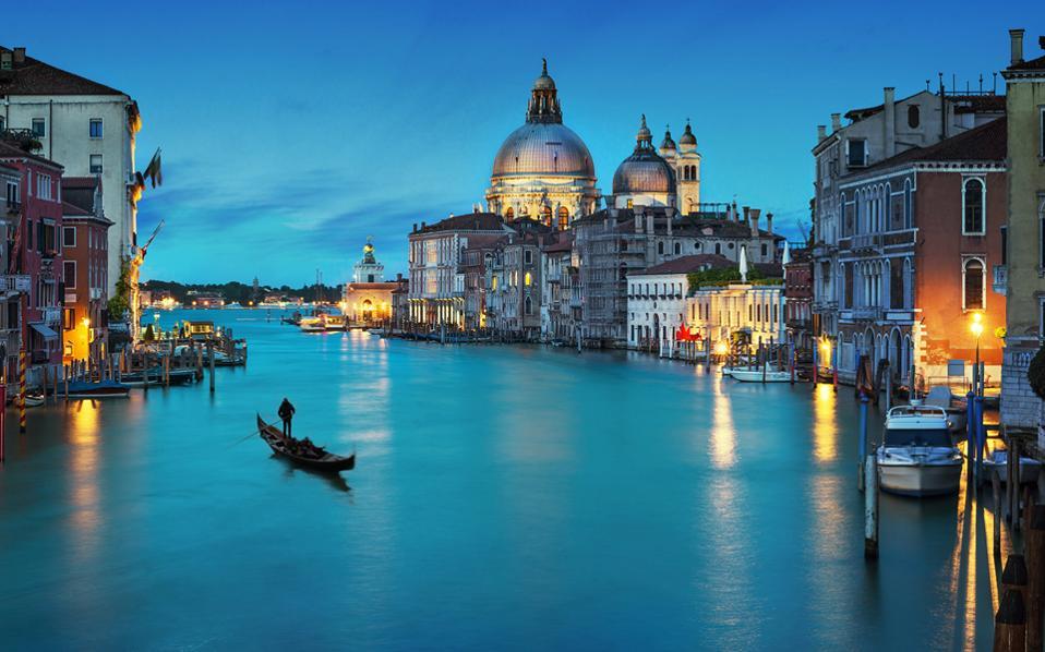 Πριν από 50 χρόνια, η Βενετία είχε περίπου 120.000 κατοίκους. Οι πλημμύρες και ο τουρισμός τούς μείωσαν σε 60.000 σήμερα.