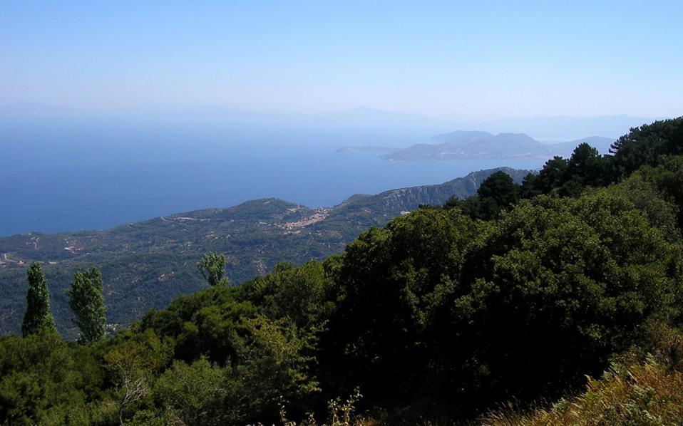 Η θέα από την πλαγιά του όρους Καρβούνης ή Αμπελος.