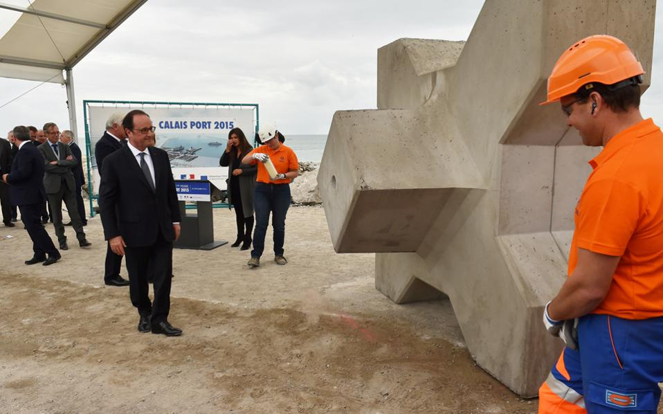 Ο Γάλλος πρόεδρος Φρ. Ολάντ στο λιμάνι του Καλαί. Εκεί προανήγγειλε τον διασκορπισμό των προσφύγων που περιμένουν να διασχίσουν τη Μάγχη, σε όλη τη Γαλλία, σε μικρές ομάδες.