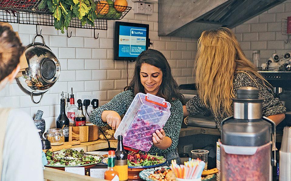 Στα εστιατόρια το φαγητό μαγειρεύεται και σερβίρεται όπως παλιά.