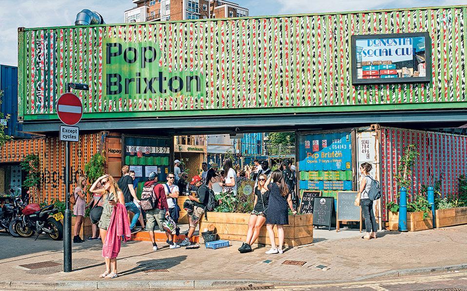 Η είσοδος του Pop Brixton είναι σημείο συνάντησης για τις παρέες.