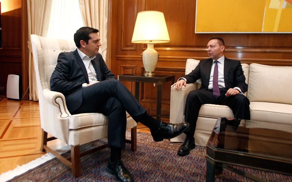 Ο Αλέξης Τσίπρας και ο Γιάννης Στουρνάρας σε μία από τις λίγες συναντήσεις τους στο γραφείο του πρωθυπουργού.