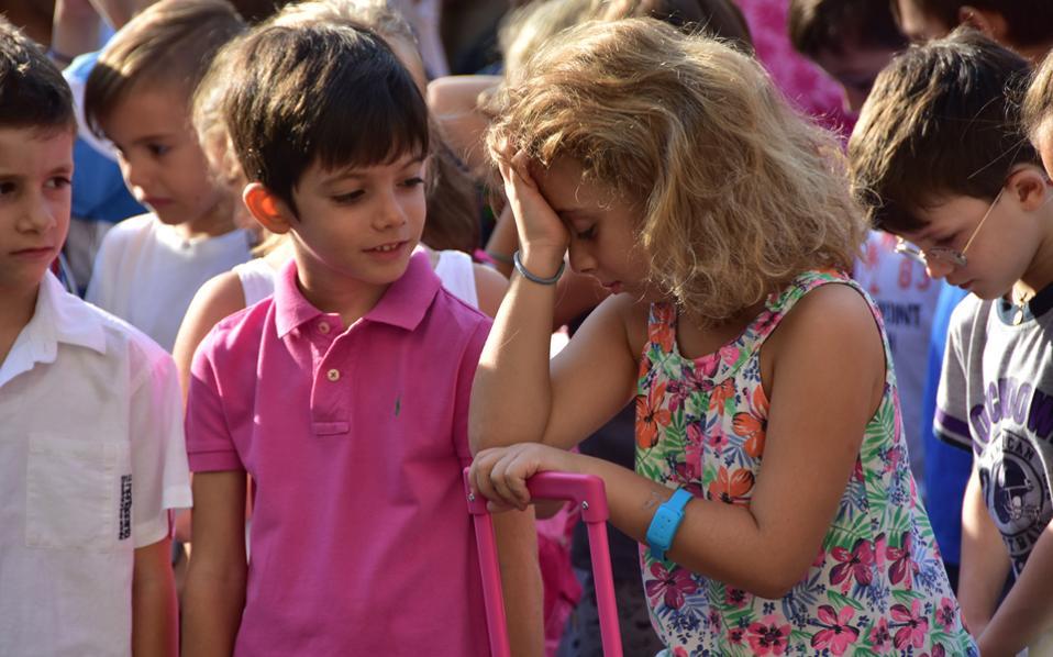 Μαθητές παρακολουθούν τον αγιασμό στο 3ο Δημοτικό Σχολείο Ναυπλίου, την περασμένη Δευτέρα 12 Σεπτεμβρίου.